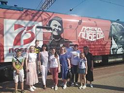 Работники Комитета государственного контроля Гродненской области и члены их семей посетили прибывший в Гродно «Поезд Победы» и ознакомились с его экспозицией.